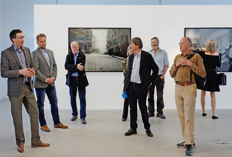 From left: Guido Baumgartner, curator IG Halle, Christoph Karlo, president Robert F. Kennedy Foundation Switzerland, Peter Röllin, IG Halle, Paul Rechsteiner, member of the upper chamber and visitors to the exhibition. Photo © Tobias Humm